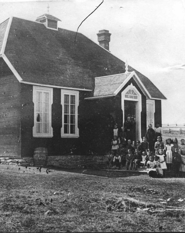 La première école comporte deux classes et les enfants qui demeure dans la communauté durant l'hiver vont à l'école.