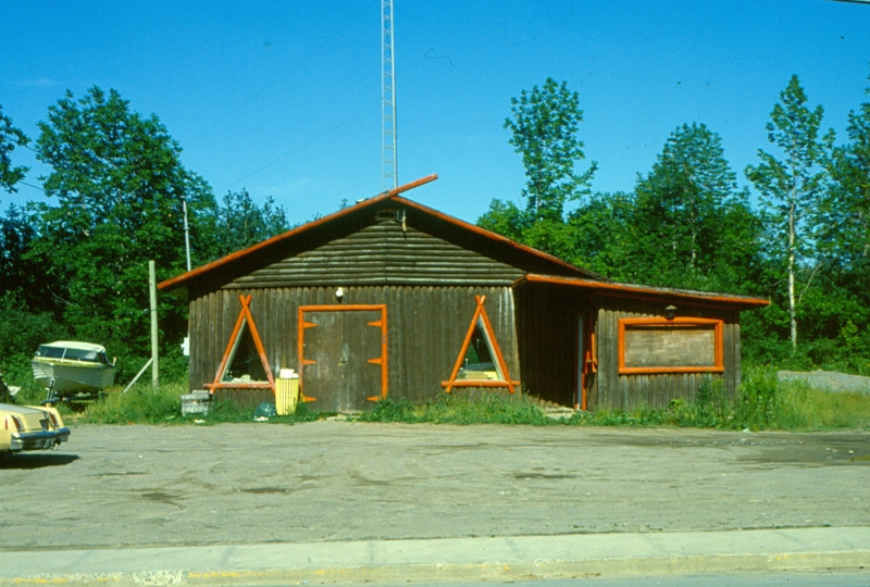 In 1980, the CRTC officially granted a broadcadsting license to Mashteuiatsh, known as Piekuakami kaimimkats. The station began the following year, broadcasting community bingo which remains, until today, its main source of income.