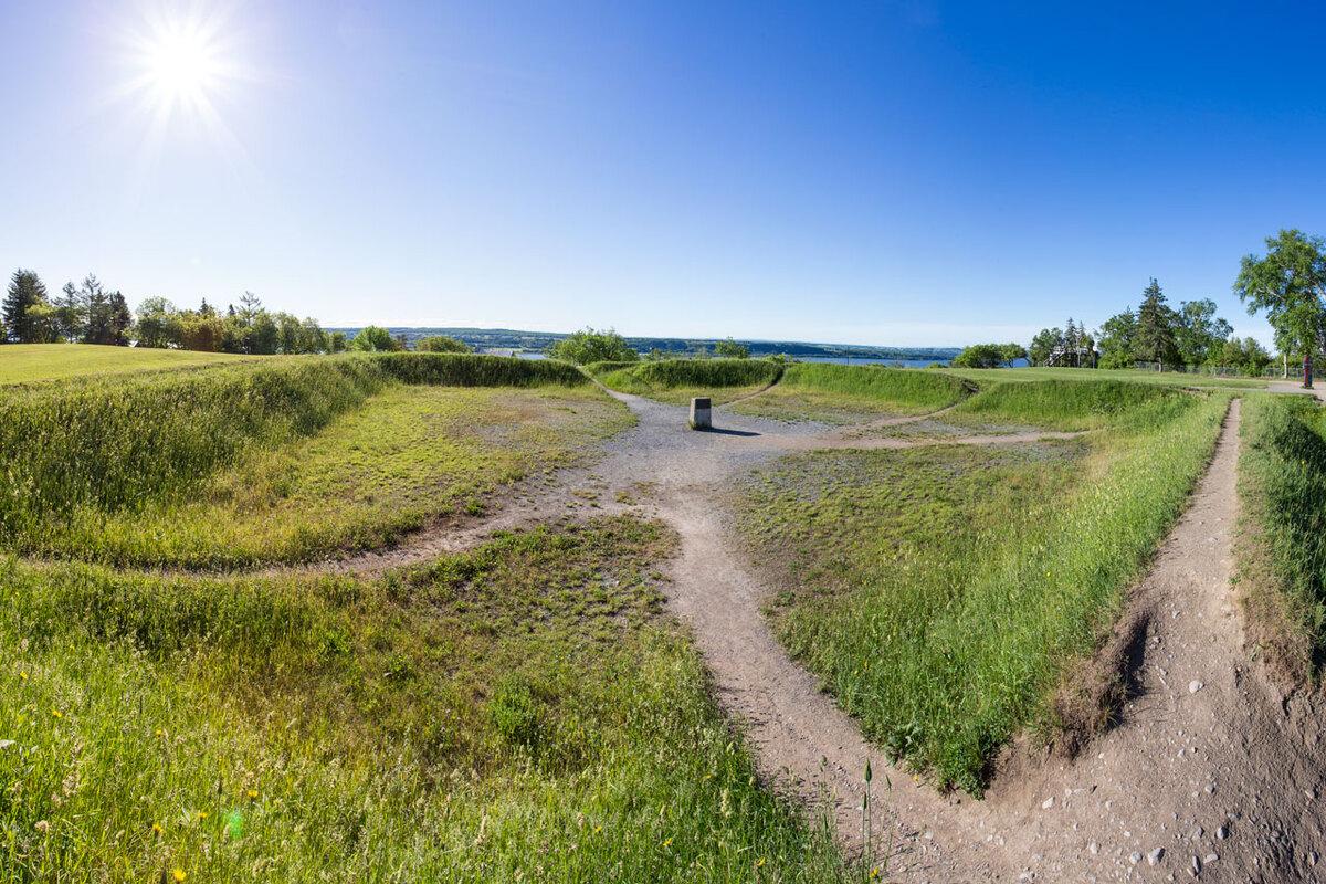 La fameuse redoute britannique situ&eacute;e sur &laquo; la forteresse naturelle &raquo; est l&rsquo;un des vestiges les plus importants de l&rsquo;histoire militaire de la bataille de Montmorency : James Wolfe l&rsquo;a fait construire dans son camp de Montmorency les 9, 10 et 11 juillet 1759. Il a choisi cet emplacement en hauteur d&rsquo;o&ugrave; il pouvait observer les d&eacute;fenses install&eacute;es par Montcalm, de l&rsquo;autre c&ocirc;t&eacute; de la rivi&egrave;re jusqu&rsquo;&agrave; Qu&eacute;bec. Suite au d&eacute;part des troupes anglaises, elle fut d&eacute;truite et incendi&eacute;e le 4 septembre 1759.<br /><br /><br />Photo : N.J. Rochefort