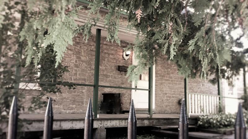 <p>Cet &eacute;difice en pierre au toit &agrave; deux versants droits, localis&eacute; &agrave; l&rsquo;entr&eacute;e du parc Montmorency, &eacute;tait utilis&eacute; autrefois par les &laquo; gardes parcs &raquo;; les gardiens affect&eacute;s &agrave; la surveillance des parcs. Le site avait &eacute;t&eacute; plac&eacute; sous la responsabilit&eacute; du minist&egrave;re du Tourisme, de la Chasse et de la P&ecirc;che vers les ann&eacute;es 1980. L&#39;&eacute;difice fut ensuite transform&eacute; en bureau pour l&#39;administration. Il sert maintenant principalement &agrave; des fins d&#39;entreposage.<br /><br />Photo : N.J. Rochefort</p>