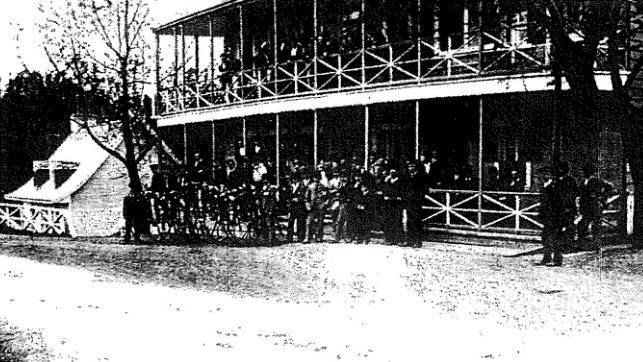 <p>Le prestigieux Hotel Bureau, en 1885, avec en arri&egrave;re-plan la maison de p&eacute;age du pont. Il est situ&eacute; exactement &agrave; l&#39;emplacement o&ugrave; se trouve aujourd&#39;hui le Centre de la petite enfance l&#39;Enchant&eacute;.<br /><br />Photo : &Eacute;valuation arch&eacute;ologique du site de l&rsquo;Hotel Bureau, (CfEs-26) Boischatel. Municipalit&eacute; de Boischatel, Ark&eacute;os inc., Soci&eacute;t&eacute; d&rsquo;expertise en recherches anthropologiques, f&eacute;vrier 1996, 48 pages.</p>