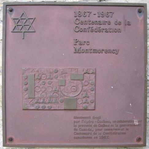 Cette plaque comm&eacute;morative du centenaire de la Conf&eacute;d&eacute;ration a &eacute;t&eacute; install&eacute;e, en 1967, sur la maison du Parc de la Chute-Montmorency lors de sa restauration. Elle a malheureusement &eacute;t&eacute; vol&eacute;e.<br /><br />Photo : R&eacute;pertoire du patrimoine culturel du Qu&eacute;bec
