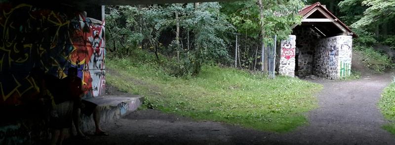 <p>Suite &agrave; la restauration du four &agrave; chaux, un toit a &eacute;t&eacute; ajout&eacute; afin de prot&eacute;ger cette trace du pass&eacute;. Malheureusement, l&#39;installation a subi, &agrave; l&#39;instar du pont avoisinant, la d&eacute;gradation par le vandalisme.<br /><br />Photo : N.J. Rochefort</p>