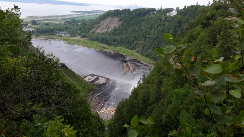 <p>Le site s&rsquo;&eacute;tend sur deux niveaux form&eacute;s par une importante faille, soit le plateau de la rivi&egrave;re Montmorency et le bassin de la chute, &agrave; la hauteur du fleuve Saint-Laurent. L&rsquo;escarpement est partiellement bois&eacute;.&nbsp;<br /><br />Tout comme la chute, la faille de Boischatel est le r&eacute;sultat du stress caus&eacute; par le mouvement des continents. Il faut savoir que le Parc de la Chute-Montmorency est situ&eacute; directement sur le point de rencontre des Appalaches, du Bouclier canadien et des Basses-terres du Saint-Laurent.<br /><br />Une seconde passerelle permet de passer au-dessus de ce canyon, tandis que les plus intr&eacute;pides peuvent se laisser tenter par le parcours de la Via Ferrata, qui se situe sur la rive nord de la falaise et passe tout pr&egrave;s de la chute.<br /><br />Photo : N.J. Rochefort</p>