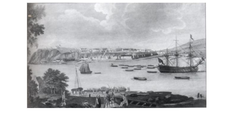 <p>Au matin du 31 juillet 1759, l&rsquo;armada du g&eacute;n&eacute;ral Wolfe est rassembl&eacute;e sur le fleuve Saint-Laurent devant Beauport afin d&rsquo;attaquer. Ses troupes &eacute;taient compos&eacute;es de pr&egrave;s de 13 500 marins et 8 500 soldats r&eacute;partis sur pr&egrave;s de 200 bateaux, soit &laquo; 22 navires de guerre, 27 fr&eacute;gates, 80 navires de transport, 55 plus petits navires arm&eacute;s de 2 milles canons et 40 milles boulets. &raquo; Ceux-ci ont ouvert le feu sur les positions fran&ccedil;aises, lesquelles &eacute;taient pr&eacute;par&eacute;es pour l&rsquo;attaque imminente : &laquo;&hellip;10 800 soldats fran&ccedil;ais et miliciens canadiens avaient construits d&rsquo;imposants retranchements&hellip;&raquo;&nbsp; ainsi qu&rsquo;une s&eacute;rie de redoutes &eacute;rig&eacute;es au bord du fleuve.<br /><br />Malgr&eacute; cela, la premi&egrave;re redoute fran&ccedil;aise, situ&eacute;e au pied de l&rsquo;escarpement de la chute, fut abandonn&eacute;e aux troupes britanniques en peu de temps. Ils furent environ 2 000 soldats anglais &agrave; d&eacute;barquer sur la gr&egrave;ve pour se diriger vers la redoute, rapidement rejoint de renforts, portant le nombre d&rsquo;assaillants &agrave; pr&egrave;s de 6 000. De plus, ils furent appuy&eacute;s par une batterie de canons au camp de Wolfe, situ&eacute; &agrave; l&rsquo;est de la rivi&egrave;re Montmorency.<br /><br />Vers midi, Monckton a d&eacute;barqu&eacute; ses soldats en provenance de la Pointe-L&eacute;vy, alors que les r&eacute;giments de Townshend et de Murray traversaient la Montmorency &agrave; mar&eacute;e basse pour les rejoindre. Par contre, ces derniers furent d&eacute;vast&eacute;s par le tir plongeant du haut de l&rsquo;escarpement. Les Canadiens, Fran&ccedil;ais et leurs alli&eacute;s Am&eacute;rindiens, positionn&eacute;s en hauteur et arm&eacute;s de milliers de fusils, ne laiss&egrave;rent aucune chance aux troupes britanniques, parsemant la pente rocheuse de cad