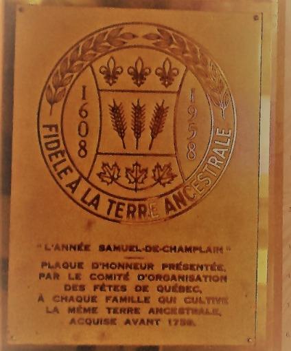 Jacques V&eacute;zina et sa femme Marie Boisdon, tous deux originaires de La Rochelle, sont les premiers V&eacute;zina arriv&eacute;s en Nouvelle-France le 7 septembre 1659. Ceux-ci avaient appareill&eacute; le 2 juillet, pour une travers&eacute;e de l&rsquo;Atlantique de plus de 2 mois sur le Saint-Andr&eacute;; voilier qui a &eacute;galement transport&eacute; Jeanne Mance et Marguerite Bourgeoys.<br /><br />Jacques &eacute;tait ma&icirc;tre-tonnelier, mais a aussi exerc&eacute; les m&eacute;tiers de marchand et de colon. Ce dernier a achet&eacute; une terre en 1660 et s&rsquo;y est install&eacute; avec sa famille. Cependant, c&rsquo;est en 1666 que leur fils a&icirc;n&eacute;, Fran&ccedil;ois, ach&egrave;te la parcelle de terre avoisinante &agrave; la chute Montmorency, la terre actuelle de la Maison V&eacute;zina.<br /><br />&Agrave; l&rsquo;&eacute;t&eacute; 1670, un contingent de pr&egrave;s de 165 filles du Roy arrive &agrave; Qu&eacute;bec. Parmi elles, une jeune fille de&nbsp;25 ans nomm&eacute;e Jeanne Mari&eacute;; orpheline provenant de la paroisse de Saint-Sulpice de Paris.&nbsp;Elle r&eacute;silie&nbsp;un contrat de mariage qu&#39;elle avait sign&eacute; le 31 ao&ucirc;t pour passer devant le notaire avec Fran&ccedil;ois V&eacute;zina le 20 septembre. Le mariage est c&eacute;l&eacute;br&eacute; le 29 octobre 1670 &agrave; Ch&acirc;teau-Richer, date &agrave; partir de laquelle les &eacute;poux s&#39;installent sur leur terre du Sault et commencent &agrave; &eacute;lever leur famille.<br /><br />Photo : N.J. Rochefort