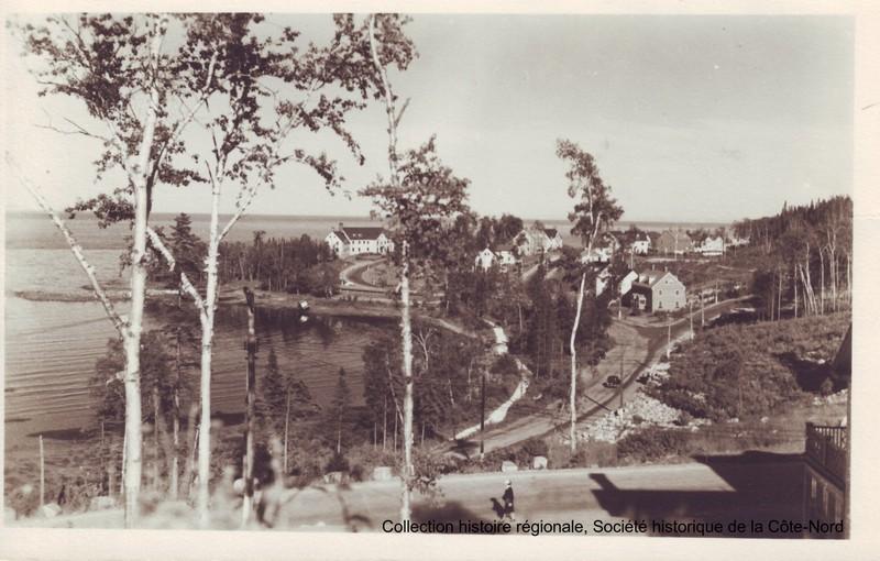 Vous voici en bordure du majestueux fleuve St-Laurent, sur le site du parc des Pionniers, inauguré en 1987 à l'occasion du 50e anniversaire de la ville de Baie-Comeau. Lieu de rassemblement extérieur par excellence dans le quartier historique, le parc est fréquenté, tout au long de l'année, par les familles, les marcheurs et autres amateurs de grand air.