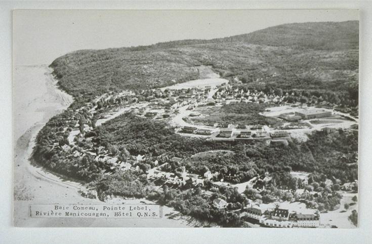 &Agrave; l&#39;&eacute;poque de la fondation de la ville de Baie-Comeau, &agrave; l&#39;emplacement actuel du quartier patrimonial Sainte-Am&eacute;lie, se tenait un immense chantier de construction. L&#39;avenue Champlain est d&#39;ailleurs la premi&egrave;re &agrave; avoir &eacute;t&eacute; construite pour les maisons des patrons et des employ&eacute;s, d&egrave;s 1937. Certaines r&eacute;sidences ont toujours l&#39;apparence qu&#39;elles avaient en 1937-1938 et sont, encore aujourd&#39;hui, en tr&egrave;s bonne condition.<br /><br />Les maisons qu&#39;on y trouve sont construites dans un style architectural d&#39;inspiration am&eacute;ricaine, soit la maison de style vernaculaire de la fin des ann&eacute;es 1930, qui est &agrave; l&#39;honneur dans le quartier.<br /><br />Mentionnons que c&#39;est aussi dans ce quartier que l&#39;honorable Brian Mulroney, ex-premier ministre du Canada, a pass&eacute; son enfance, plus pr&eacute;cis&eacute;ment au 99 de l&rsquo;avenue Champlain.