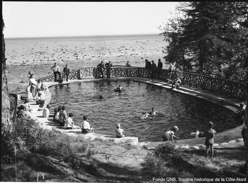 Dans les ann&eacute;es 1940, les citoyens de Baie-Comeau avaient acc&egrave;s, &agrave; partir de l&#39;avenue Champlain, sur le sentier menant &agrave; la plage du m&ecirc;me nom, &agrave; une piscine publique et une barboteuse ext&eacute;rieures. Gracieuset&eacute; de la compagnie, pour le bien-&ecirc;tre des familles, les lieux &eacute;taient d&#39;ailleurs tr&egrave;s achaland&eacute;s, tant par les grands que les petits. Durant la premi&egrave;re ann&eacute;e, les installations &eacute;taient aliment&eacute;es par l&#39;eau de mer, puis ensuite par une source d&#39;eau douce situ&eacute;e &agrave; proximit&eacute; : l&#39;eau qui arrivait &agrave; la piscine, sans &ecirc;tre filtr&eacute;e ni chauff&eacute;e, &eacute;tait alors brune et tr&egrave;s froide.<br /><br />Le tout allait dispara&icirc;tre dans les ann&eacute;es 1960, avec la fondation d&#39;une nouvelle paroisse. La municipalit&eacute; de Baie-Comeau construisit une piscine avec toute la modernit&eacute; de l&#39;&eacute;poque.