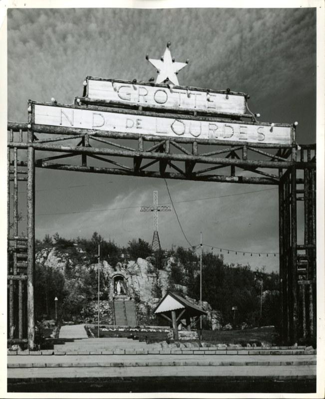<p>Le parc de la grotte Sainte-Am&eacute;lie fut am&eacute;nag&eacute; en 1947, en l&#39;honneur de la Vierge Marie, par les soeurs de Sainte-Croix. Le site re&ccedil;ut la b&eacute;n&eacute;diction de Monseigneur Napol&eacute;on-Alexandre-Labrie, le 29 mai 1950.<br /><br />C&#39;est aux efforts de soeur Saint-Jean-Ap&ocirc;tre que l&#39;on doit la concr&eacute;tisation du parc. Native de Manchester, au New Hampshire, la religieuse, fille d&#39;un p&egrave;re am&eacute;ricain et d&#39;une m&egrave;re qu&eacute;b&eacute;coise, &eacute;tait dipl&ocirc;m&eacute;e de l&#39;&Eacute;cole des beaux-arts de Montr&eacute;al. &Agrave; son d&eacute;c&egrave;s, en 1999, elle laissait derri&egrave;re elle un projet &agrave; la gloire de son ordre religieux, mais aussi de nombreux &eacute;l&egrave;ves de la r&eacute;gion, &agrave; qui elle avait transmis sa passion pour les arts.</p>