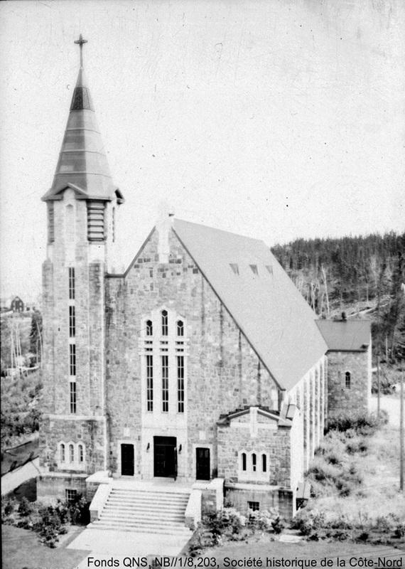 <p>L&#39;&eacute;glise Sainte-Am&eacute;lie fut construite entre 1937 et 1939, &agrave; la demande du colonel Robert R. McCormick, afin d&#39;honorer la m&eacute;moire de sa premi&egrave;re &eacute;pouse. La premi&egrave;re messe y fut c&eacute;l&eacute;br&eacute;e au sous-sol, le 19 juin 1940.<br /><br />La particularit&eacute; de l&#39;&eacute;glise r&eacute;side dans le fait qu&#39;elle est orn&eacute;e de 1 500 m&egrave;tres carr&eacute;s de fresques et de dizaines de vitraux r&eacute;alis&eacute;s par l&#39;artiste d&#39;origine italienne Guido Nincheri, dont le Vatican a reconnu les m&eacute;rites.<br /><br />En 1945, &agrave; la suite de la division du dioc&egrave;se, l&#39;&eacute;glise fut la seule &agrave; &ecirc;tre consacr&eacute;e cath&eacute;drale, et ce, jusqu&#39;au 15 mai 1960. Le premier &eacute;v&ecirc;que du dioc&egrave;se du Golfe Saint-Laurent, Monseigneur Napol&eacute;on-Alexandre-Labrie, y fut m&ecirc;me intronis&eacute; le 11 ao&ucirc;t 1946.</p>