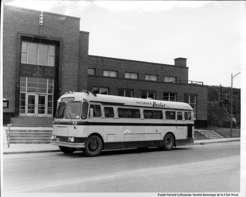 Inaugur&eacute; en 1951, ce b&acirc;timent abritera les quartiers de Postes Canada, jusqu&#39;&agrave; la fin des ann&eacute;es 1990. Comme tout b&acirc;timent f&eacute;d&eacute;ral de l&#39;&eacute;poque, une partie du sous-sol servait de bunker : soit une pi&egrave;ce fortifi&eacute;e am&eacute;nag&eacute;e en pr&eacute;vision d&#39;un d&eacute;sastre ou d&#39;une situation de guerre.<br /><br />La Ville de Baie-Comeau y am&eacute;nagea par la suite la maison du patrimoine Napol&eacute;on-Alexandre-Comeau. De nos jours, on y trouve des bureaux municipaux, un centre de gestion documentaire et les archives de la Ville de Baie-Comeau.<br /><br />Le b&acirc;timent abrite &eacute;galement la Soci&eacute;t&eacute; historique de la C&ocirc;te-Nord, qui g&egrave;re un centre r&eacute;gional d&#39;archives agr&eacute;&eacute;es. Les locaux, informatis&eacute;s, poss&egrave;dent une biblioth&egrave;que qui regorgent de renseignements, de photos et d&#39;artefacts. Les services d&#39;une archiviste, pr&ecirc;te &agrave; r&eacute;pondre &agrave; vos questions ou &agrave; effectuer des recherches historiques et g&eacute;n&eacute;alogiques, vous sont aussi offerts sur place.