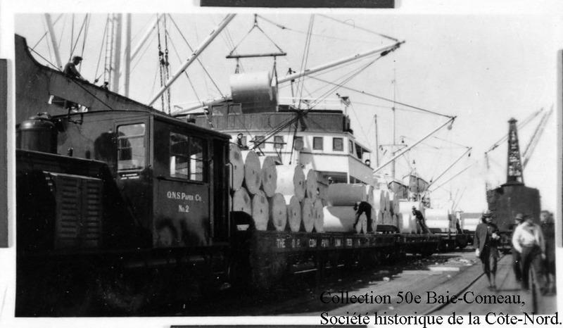 <p>Le projet ambitieux de ville industrielle &agrave; la baie Comeau n&#39;aurait pu &ecirc;tre r&eacute;alis&eacute;, &agrave; l&#39;&eacute;poque, sans des infrastructures de base telles qu&#39;une voie ferr&eacute;e et un quai, qui furent construits en 1929. Les travaux furent malheureusement interrompus durant la p&eacute;riode de la Grande D&eacute;pression de 1929 &agrave; 1933.<br /><br />Lors de la reprise des travaux, en 1936, on agrandit le quai et le chemin de fer fut prolong&eacute; jusqu&#39;au fond de la baie. Au tout d&eacute;but, la locomotive &agrave; vapeur amenait donc sur le territoire la main-d&#39;oeuvre, les vivres et, surtout, les mat&eacute;riaux n&eacute;cessaires &agrave; la construction de l&#39;usine de p&acirc;tes et papiers, qu&#39;on appelait alors le &quot;moulin&quot;. D&egrave;s la mise en marche de l&#39;usine, la voie ferr&eacute;e devient le moyen par excellence d&#39;acheminer les balles de papier vers le quai de chargement.</p>