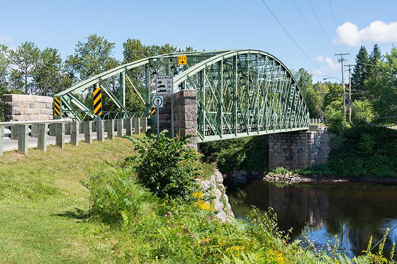 <p>Pont Clark, construit en 1891. Il a remplac&eacute; un pont de bois qui avait &eacute;t&eacute; construit dans les ann&eacute;es 1870. L&#39;&eacute;t&eacute;, on remarque encore les anciennes fondations au nord-ouest. On raconte que l&#39;acier pour le construire avait &eacute;t&eacute; transport&eacute; &agrave; l&#39;aide de chevaux sur le lit de la rivi&egrave;re, l&#39;hiver pr&eacute;c&eacute;dent, &agrave; partir de la gare de train de &#39;Valcartier Station&#39; (aujourd&#39;hui Shannon). (2016)</p>