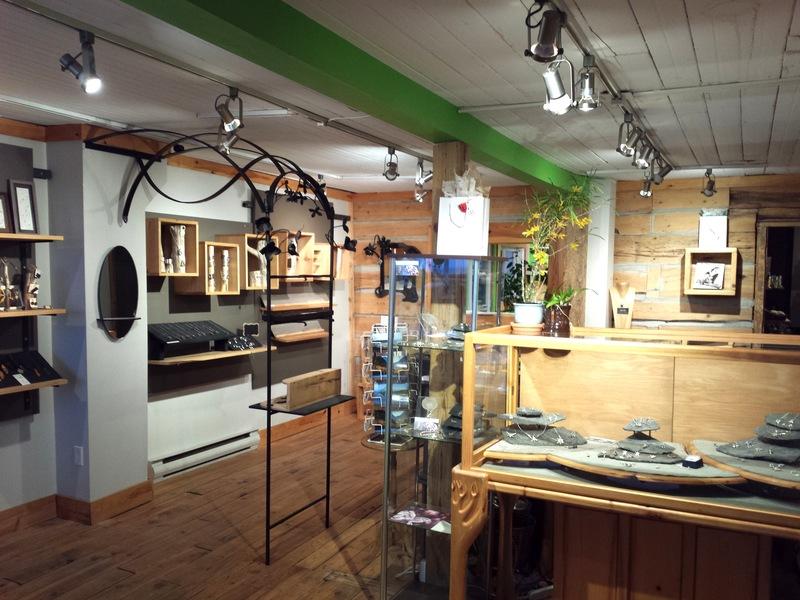 La boutique Indigène est le principal pignon sur rue de la joaillerie l'Amulette qui a son atelier sur place et y présente toute ses créations.