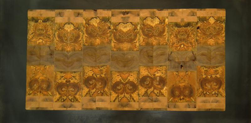 L'artiste utilise différentes techniques d'ébénisterie pour créer des tables, armoires, bancs, comptoirs, tableaux muraux, etc.
