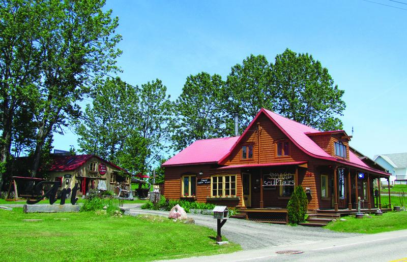 Depuis 1994, c'est ici que Normand Simard construit des maisons d'oiseaux de bois et de pierre, en s'inspirant du patrimoine bâti de Charlevoix.