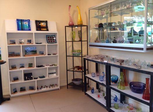 Outre les vitraux et lampes de l'artiste, la partie boutique regroupe des pièces sélectionnées parmi la production des meilleurs verriers québécois, toutes techniques confondues.