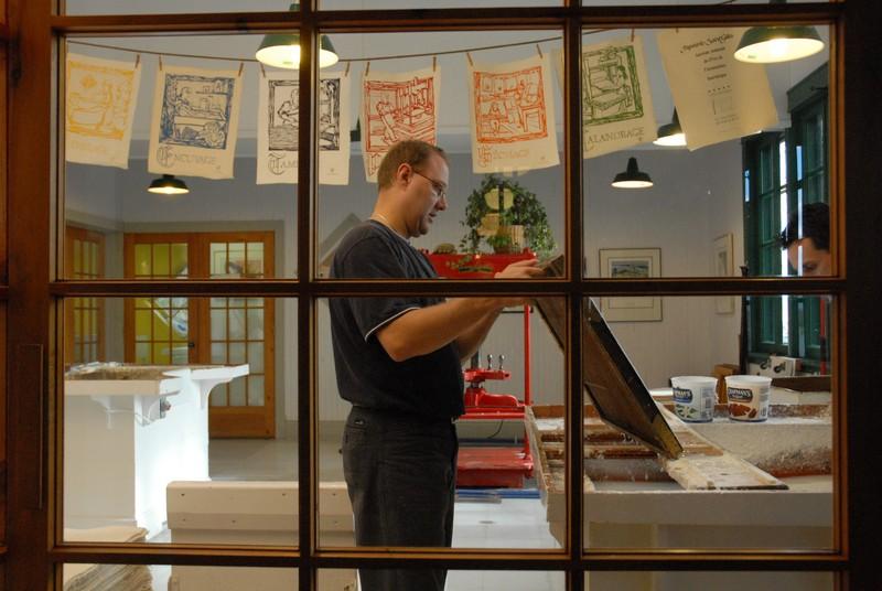 Vous pouvez voir les artisans à l'œuvre sur place ou assister à une démonstration. On y fabrique du papier selon un procédé respectueux de la nature, dans lequel on utilise des pétales de fleurs cueillies à la main.