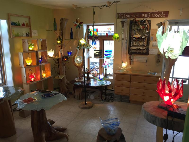 Ludovic Gervais, artiste verrier autodidacte et passionné de beaux objets, présente une collection de pièces en verre fusionné et soufflé dans sa boutique de Baie-Saint-Paul ainsi que d'autres œuvres d'art fabriquées avec amour et dévotion.