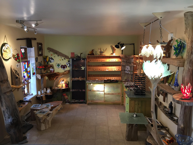 Art lovers can admire and purchase sculptures on wood from the haul-out, pretty wrought iron objects, jewellery, plates, lamps, table tops and other decorative fused glass items. They can also find blown glass vases of fancy shapes and stained-glass artwork created by other craftspeople from Charlevoix.