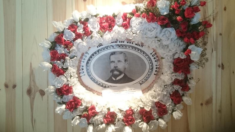 Voici la couronne mortuaire qui a servi au mémorial de Donald Morrison lors du tournage du documentaire de la BBC ALBA en 1998 à Milan. Il est possible de visionner ce documentaire avec sous-titre en français à l'intérieur du musée.