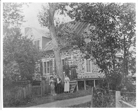 Maison de Monsieur Augustin Massicotte datant de 1905. On peut y voir une horloge dans le pignon qui orne la maison et qui lui donne son nom de maison à cadran.