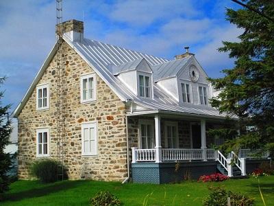 La maison où a demeuré Monsieur Augustin Massicotte, telle qu'on la voit de nos jours. On y voit toujours le cadran dans le pignon.