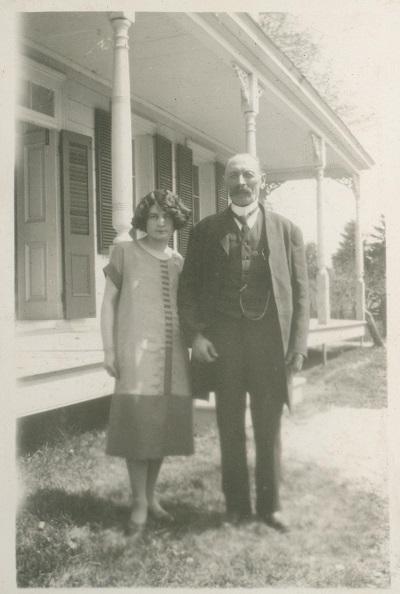 Jeffrey-Alexandre Rousseau âgé de 74 ans en compagnie de sa fille Pauline, 22 ans, devant la résidence d'été.