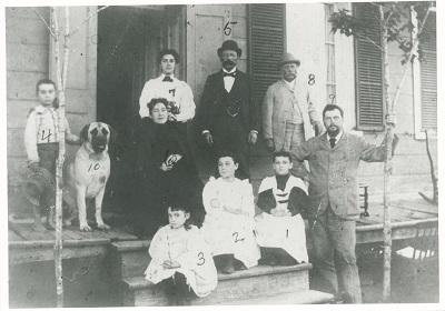 Jeffrey-Alexandre Rousseau, à l'âge de 42 ans, avec ses enfants et quelques membres de sa future belle-famille, devant sa résidence, le 11 septembre 1893.