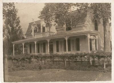 Belle photo d'époque offrant une vue d'ensemble de la maison de Jeffrey-Alexandre Rousseau.