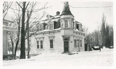L'achat de l'édifice de l'ancienne Banque Jacques-Cartier par Jeffrey-Alexandre Rousseau a eu lieu en 1895. C'est à partir de ce lieu que J.A. Rousseau a pu dirigé ses nombreuses entreprises.