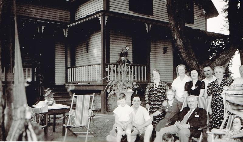 Monsieur William-Pierre Grant avec sa famille devant la maison qu&#39;ils ont habit&eacute; de 1911 &agrave; 1943. L&#39;emplacement de cette r&eacute;sidence correspondant actuellement au 100, route de l&#39;Internationale &agrave; Batiscan. Cette route a &eacute;t&eacute; nomm&eacute;e ainsi en son honneur, en consid&eacute;rant qu&#39;il a dirig&eacute; la International Paper Compagny pendant plusieurs ann&eacute;es.<br /><br />Ils ont eu 4 enfants : Robert, Georges, Yvonne et Florence.