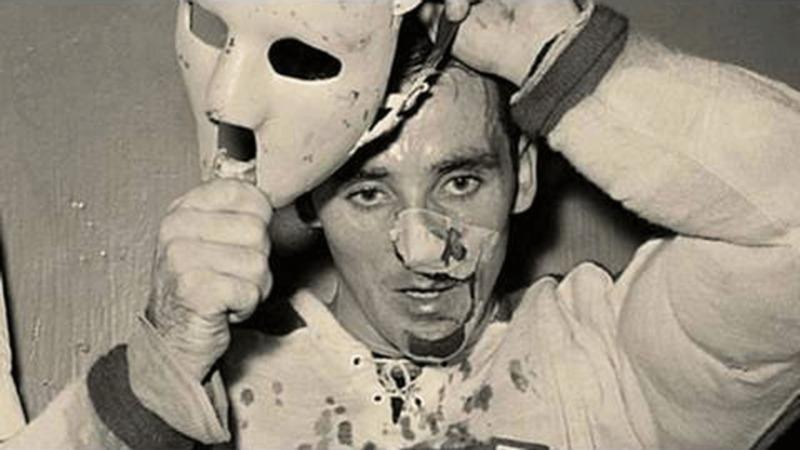 Une photo célèbre qui nous présente Jacques Plante qui, suite à une blessure, portera désormais un masque.