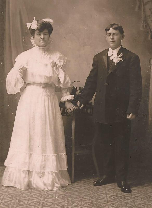 Mariage de Pierre-Alfred Boisvert (21 ans) et Flora Lemire dite Gonneville (19 ans), le 17 juillet 1905 &agrave; Saint-Maurice. Ils eurent onze enfants.<br />Il a connu Flora &agrave; l&rsquo;usine d&rsquo;embouteillage Radnor Water Company, une compagne de travail. Il gagnait un dollar et elle, cinquante cents par jour.<br />Flora est n&eacute;e le 20 juin 1888 &agrave; Saint-Maurice. Elle est d&eacute;c&eacute;d&eacute;e le 9 mars 1963, &agrave; l&rsquo;&acirc;ge de 74 ans, &agrave; Saint-Maurice.<br />&nbsp;