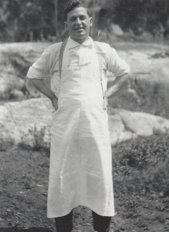 En 1914, Pierre-Alfred quitte l&rsquo;entreprise Radnor pour entrer au service de la Laurentide &agrave; Grand-M&egrave;re, comme cuisinier des hommes affect&eacute;s au triage du bois. Il y travailla pendant dix-sept ans.<br />Sa famille qui comptait d&eacute;j&agrave; cinq fils (Rom&eacute;o, Albert, Henri, Armand et Lionel) demeurait toujours au canton Radnor.<br />Photo prise en 1918.