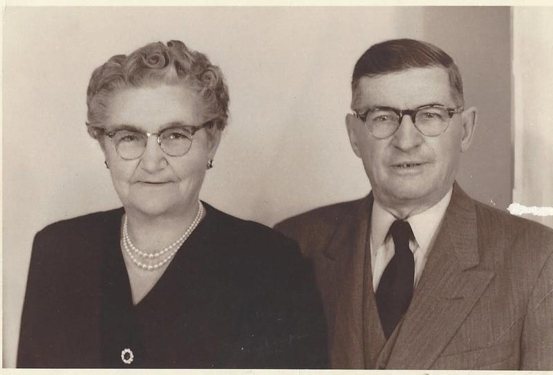 Cette photo de Pierre-Alfred Boisvert et de Flora Lemire dite Gonneville a &eacute;t&eacute; prise chez le photographe G&eacute;rard Deschamps &agrave; Trois-Rivi&egrave;res en mars 1955.<br />Elle servira &agrave; l&rsquo;album-souvenir, aux faire-part et &agrave; diff&eacute;rents articles en vue de la pr&eacute;paration du 50e anniversaire de leur mariage, le 17 juillet 1955.