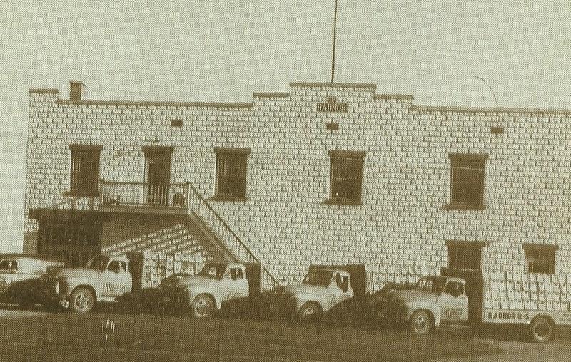 En 1945, monsieur Boisvert s&rsquo;aper&ccedil;ut que son entreprise avait pris tellement d&rsquo;importance qu&rsquo;il fallait construire une nouvelle usine d&rsquo;embouteillage. Elle fut agrandie en 1953 et &agrave; plusieurs reprises. En 2003, ce plan de production avait une superficie d&rsquo;environ dix-huit mille pieds de plancher. Photo prise en 1954.<br />Qui ne se rappelle pas de ces gros camions orang&eacute;s qui effectuaient les livraisons de liqueurs Radnor?<br />Depuis 1995, plus de liqueurs douces ni d&rsquo;eau min&eacute;rale, seulement de l&rsquo;eau de source&hellip;<br />Depuis plus de cent vingt-trois ans, la source Radnor n&rsquo;a pas cess&eacute; un seul instant de couler, symbole de la constante vitalit&eacute; de la paroisse de Saint-Maurice!