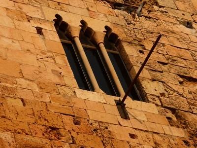 Au moyen âge, les rois d'Aragon ont acheté le Prétoire et l'ont transformé en palais royal.Les fenêtres du Prétoire ont alors été modifiées. Elles ont été agrandies en fonction du palais royal, le but étant de laisser passer davantage la lumière du jour.Ces fenêtres qui datentdu XIIème siècle après JCenviron, sont toujours visibles de nos jours.