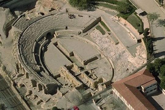 Vue de la totalit&eacute; de l&#39;amphith&eacute;&acirc;tre, le dernier grand monument romain construit &agrave; Tarraco. On estime que sa construction remonte entre les ann&eacute;es 100 et 120 apr&egrave;s JC. Ce lieu servait &agrave; se divertir.<br /><br />De nombreuses ex&eacute;cutions de condamn&eacute;s &agrave; mort y ont eu lieu publiquement. En l&#39;an 259 apr&egrave;s JC, l&#39;&eacute;v&ecirc;que de la ville et deux diacres y ont m&ecirc;me &eacute;t&eacute; brul&eacute;s vifs.<br /><br />L&#39;amphith&eacute;&acirc;tre fait aujourd&#39;hui partie de l&#39;ensemble romain de Tarraco, d&eacute;clar&eacute; patrimoine mondial par l&#39;UNESCO. Il est aussi d&eacute;clar&eacute; monument historique et artistique depuis 1924.<br /><br />Photo: Bing &copy;