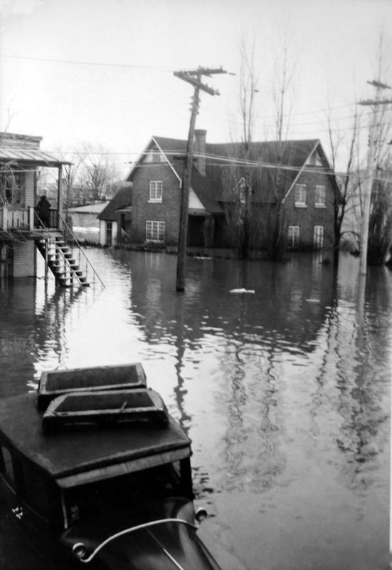 Au cours d'une inondation, l'eau est entrée dans l'église et s'est élevée au-dessus des bancs.
