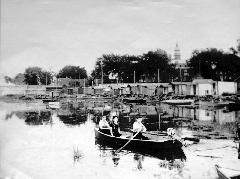 Ce n'était pas Venise, mais c'était agréable de naviguer paisiblement sur les eaux calmes du fleuve par les soirs d'été.