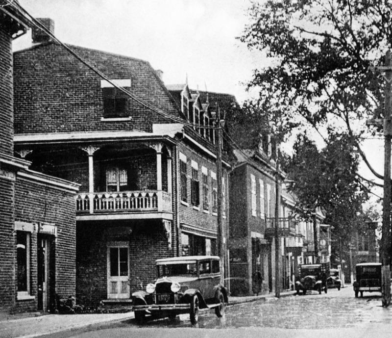 La rue Sainte-Marie fut pendant longtemps au cœur de l'activité commerciale et professionnelle du village.