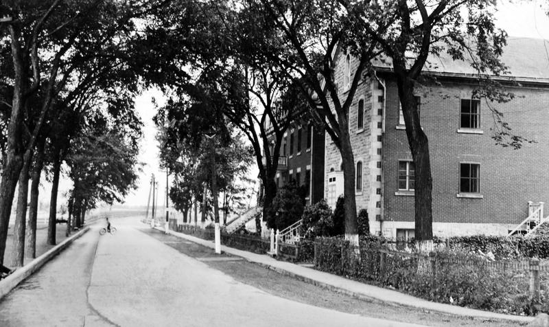 Pendant près de trois siècles au Québec, la formation et les soins prodigués à la population sont les responsabilités presque exclusives des communautés religieuses. La première décennie de l'hospice des Sœurs fut difficile, on vivait pauvrement.