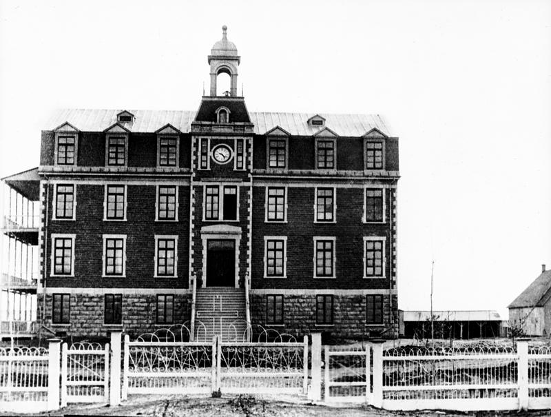 L'ouverture de l'école Saint-Joseph en 1888 marque les débuts de la présence des Frères de l'Instruction chrétienne à La Prairie. Aussitôt la maison principale construite, les Frères s'organisent pour vivre en autarcie. Ils disposent de potager, d'un verger, de porcs et de vaches laitières.