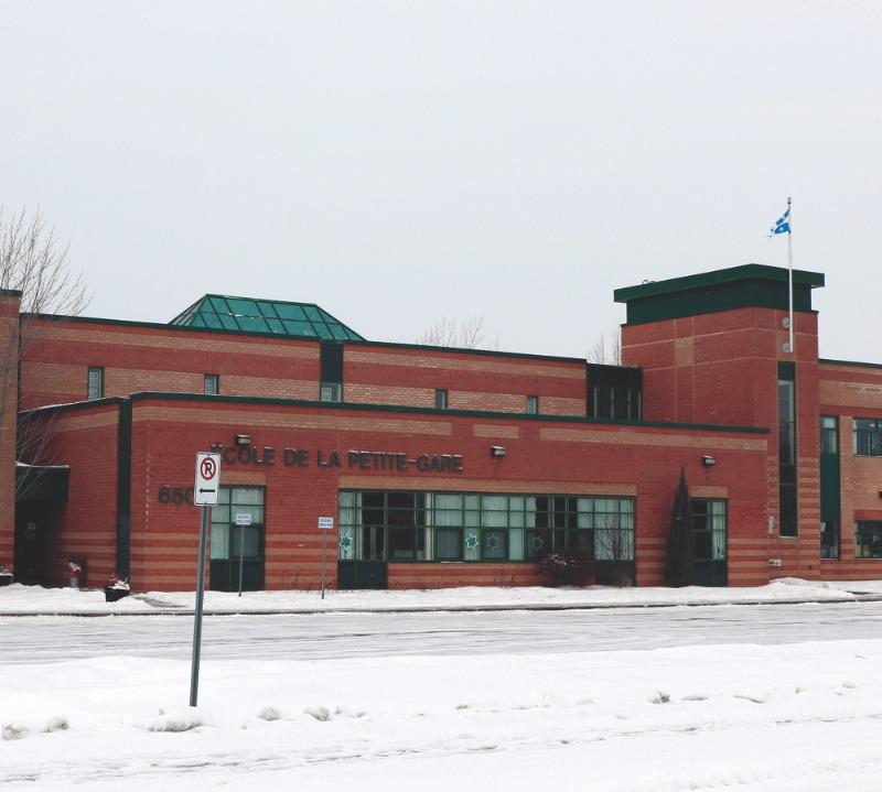 L'école de la Petite-Gare est une école primaire de quartier inaugurée en 1998. Elle reçoit 540 élèves du préscolaire à la 6e année du primaire.