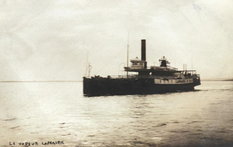 L&rsquo;arriv&eacute;e des premiers bateaux &agrave; vapeur, dont cinq sont construits dans les chantiers maritimes de La Prairie entre 1821 et 1879, contribue &agrave; l&rsquo;essor du tourisme, du commerce et de l&rsquo;industrie dans la r&eacute;gion.<br /><br />Il fallait au capitaine du &laquo; vapeur &raquo; beaucoup d&rsquo;habilet&eacute; pour assurer un accostage s&eacute;curitaire, d&ucirc; aux roues &agrave; aubes du bateau.