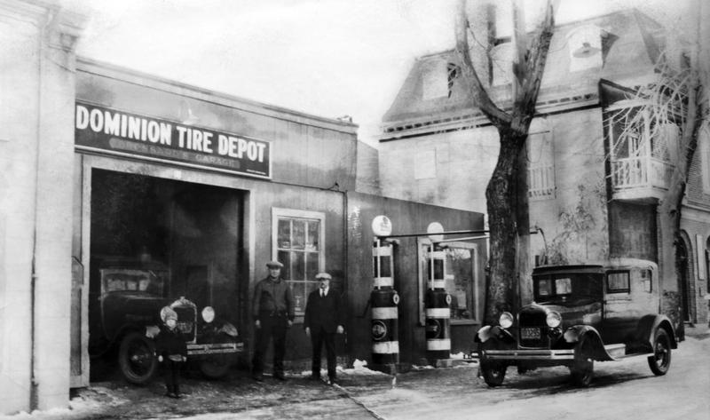 La multiplication des voitures a donn&eacute; naissance aux stations-service. On y offrait d&egrave;s lors l&rsquo;essence et l&rsquo;entretien m&eacute;canique.&nbsp;<br /><br />Photo : le Garage Dominion Tire sur le chemin de Saint-Jean.