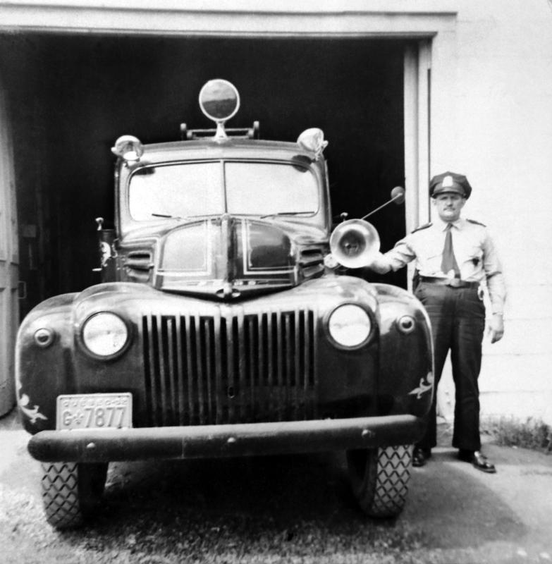 La qualit&eacute; de l&rsquo;&eacute;quipement destin&eacute; &agrave; la lutte aux incendies a toujours eu une influence directe sur le co&ucirc;t des assurances maison.<br /><br />Photo : camion et chef des pompiers en 1952.