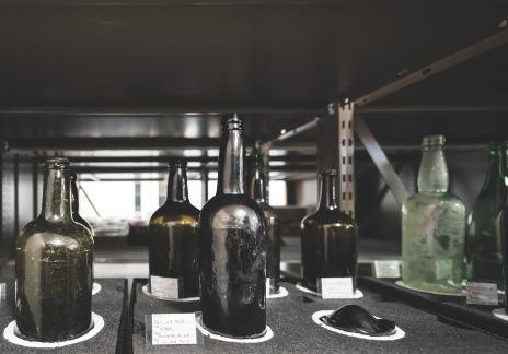 Bouteilles de verre - colorées de couleur verte - du19e siècle et du début du 20e siècle.La majorité des bouteilles trouvées lors des fouilles archéologiques ont jadis servi à contenir des boissons alcooliques ou des sirops.